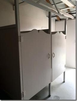 ohne Duschvorhang, aber auch ohne Vorraum